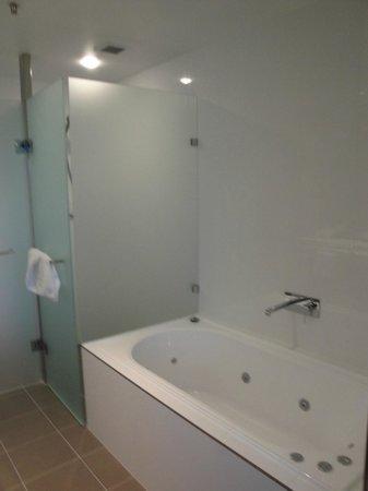 East Hotel: Bathroom - Luxe Studio