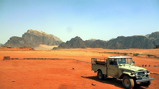 Saleh's brother's van+wadi rum in the background