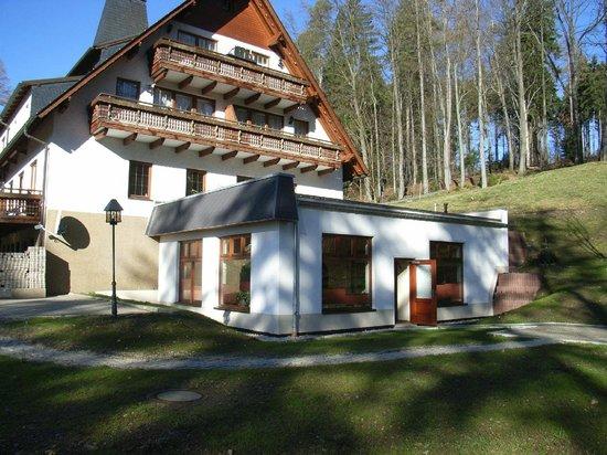 Hotel und Restaurant Köhlerhütte: Giebelseite mit Ruhebereich des Wellnessbreiches