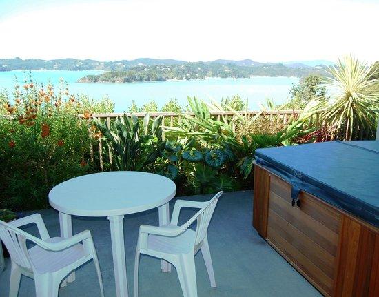 Tarlton's Lodge: Breakfast table and spa on balcony
