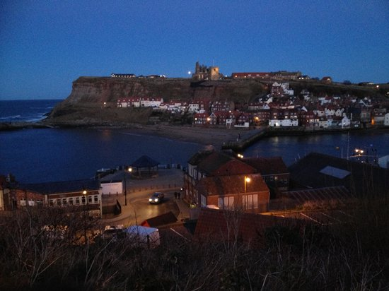 Melrose Guest House: Whitby by night