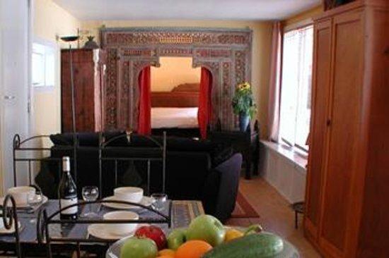 Le Prinsenboat : Livingroom with bedroom entrance