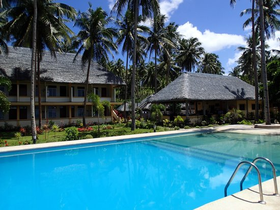 Vitton & Woodland Beach Resorts: pool and restaurant