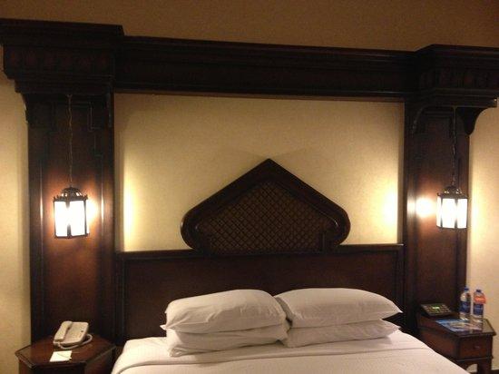 Arabian Courtyard Hotel & Spa : Room 810 bed