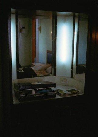 Hotel Lotte: vintage dresser