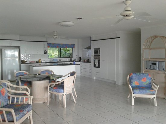 Roydon Beachfront Apartments: kitchen area