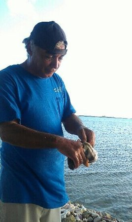 Seaside Village at Jerry Wells: Kenneth preparing the Conch for Salad