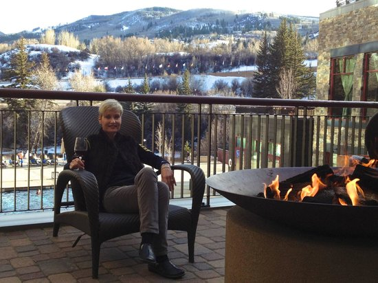 Westin Riverfront Resort & Spa: Outdoor fire pits looking over pool, hot tubs and Beaver Creek mountain