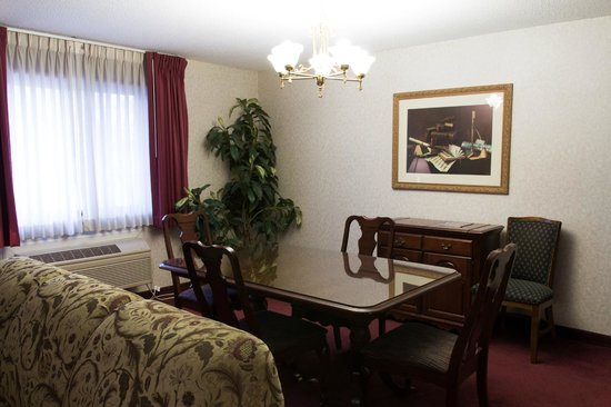 Guesthouse Inn & Suites Sioux Falls: Non Smoking King Suite Dining Room