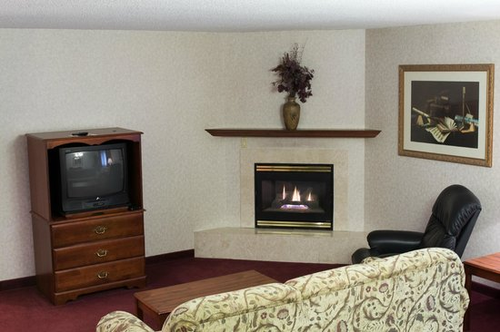 Guesthouse Inn & Suites Sioux Falls: Non Smoking King Suite Living Room