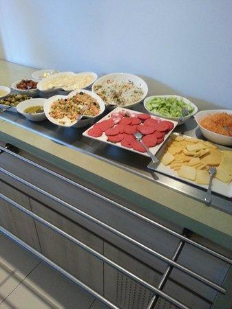 Ibis Tlemcen : une partie du buffet du petit déjeuner du matin