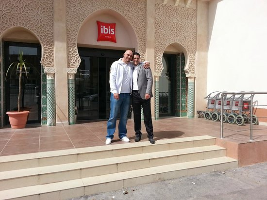 Ibis Tlemcen : Moi et le mari a ma nièce a l'entrée de l'hôtel ibis