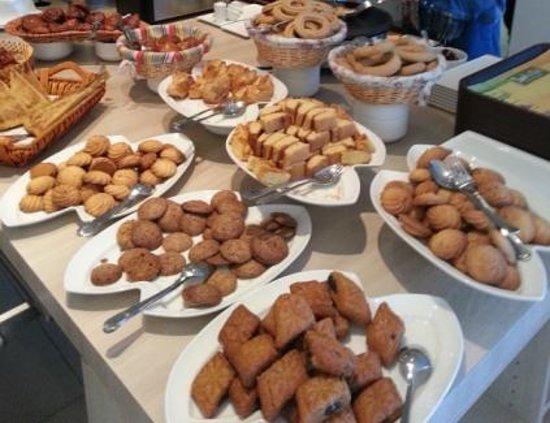 Ibis Tlemcen : Gateaux secs locaux_une partie du buffet du petit déjeuner du matin