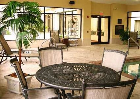Hampton Inn & Suites Houston-Cypress Station: Indoor Pool with Deck Chairs and Tables