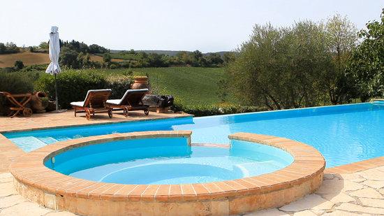 Relais Ortaglia: La piscina a sfioro
