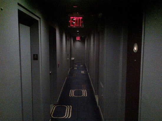 Royalton New York Hotel: Tiny corridor