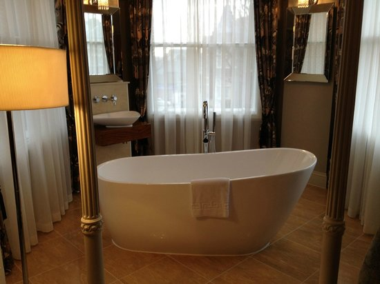 The Drayton Court Hotel: Bath in a windowed alcove of our suite