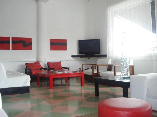 Hotel Rex: living limpio y moderno