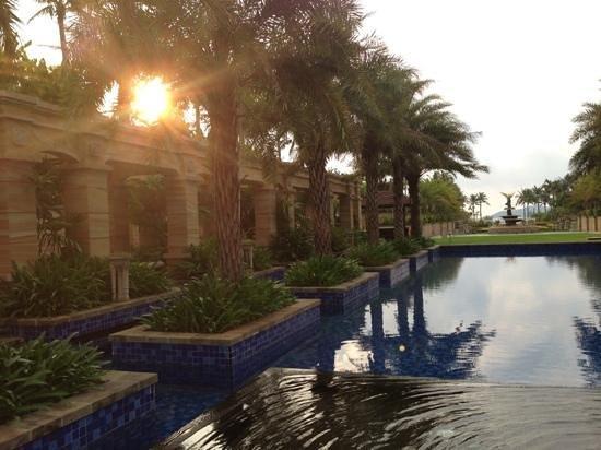 Conrad Sanya Haitang Bay: lounge pool