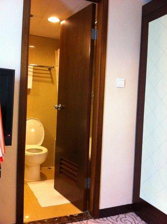 Dorsett Wanchai, Hong Kong: moins d'un pas entre le lit et la salle de bain... 40 cm entre le lit et les murs...