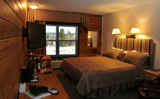 Bras d'Or Lakes Inn: King size bed with a view of the St Peter's Canal.