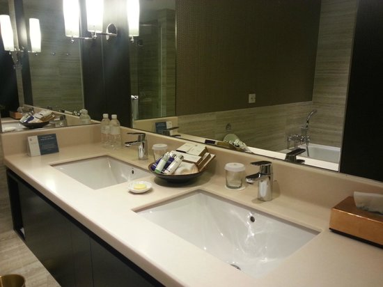 his and her bathroom sinks - picture of pan pacific orchard