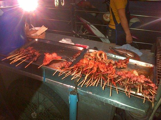 Link Corner Hostel Bangkok: Stret food down Sukhumvit Rd.