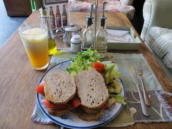 ... de Cafe del Jardin : Chicken, tomato, avocado sandwich & orange juice