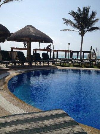JW Marriott Cancun Resort & Spa: mientras te asoleas están trabajando con un escándalo horrible