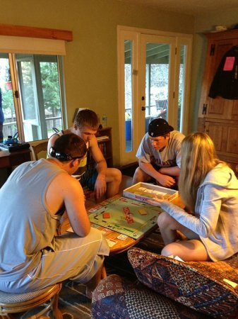 Trinity River Adventure Inn River Lodging: Intense game of Monopoly