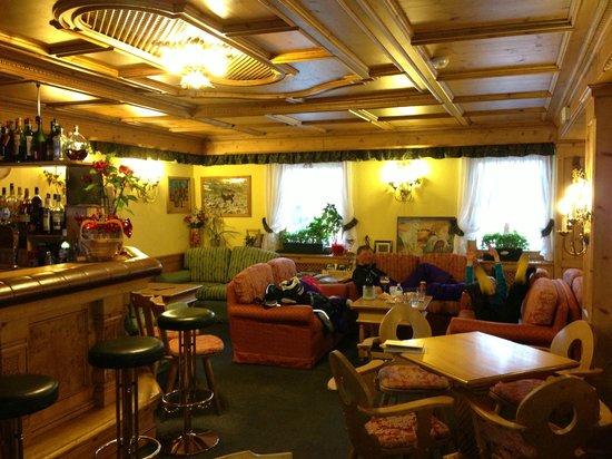 Hotel Valtellina: Bar'en og sofa område, et dejligt sted til after ski :-)
