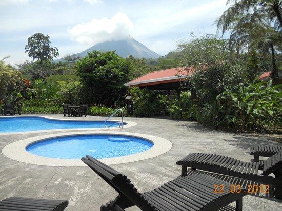 Volcano Lodge & Springs : vista de una de las albercas y el jacuzzi (techado)