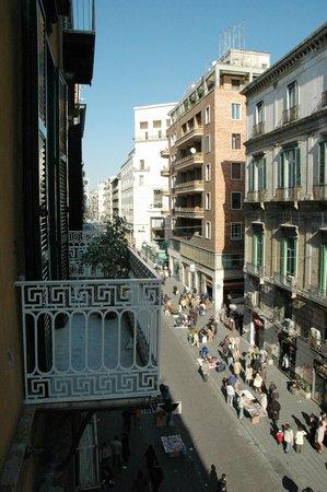 Reginella Residence : Vista dal balcone su Via Toledo
