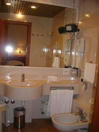 Starhotels Majestic : il bagno, ben fornito di saponi e tv