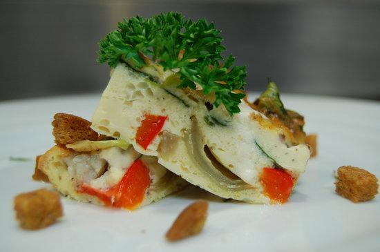 Bri restaurant: Pastel de verduras Bri con crujiente de pan especiado