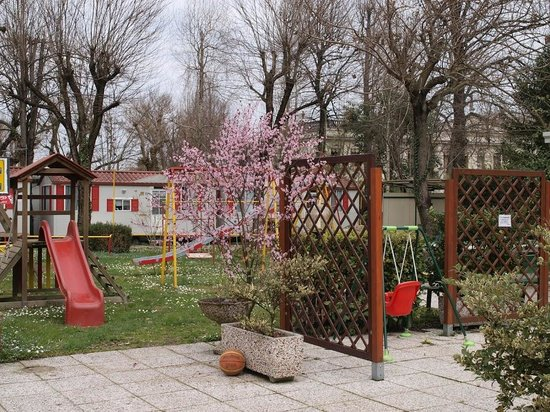 Camping Serenissima: Playground for children, mobile homes for 4 people in the back