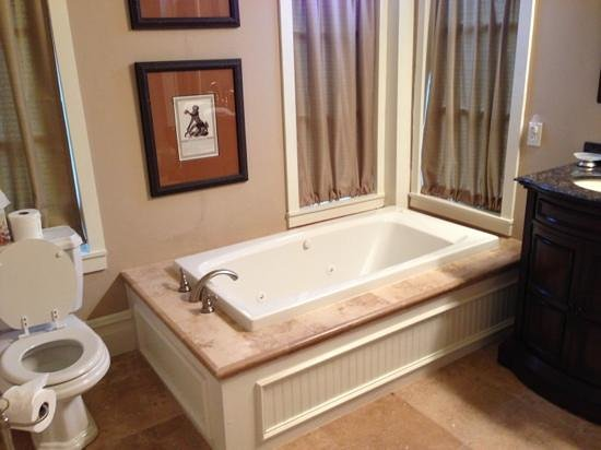 Boothe House Bed & Breakfast: Texas Star Suite - The Worlds Best Bath