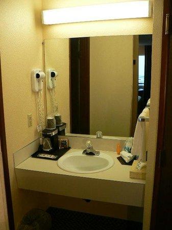 GuestHouse Inn & Suites Eugene / Springfield: Double Queen Bathroom