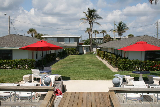 Surf Studio Beach Resort : Rooms are steps to the sundeck and beach