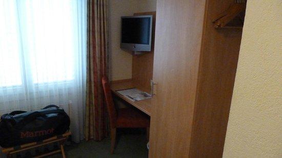 Hotel Restaurant Buchserhof: Desk / TV