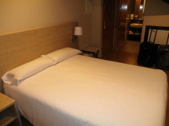 Hotel Meson de Erosa : Habitación, al fondo el baño