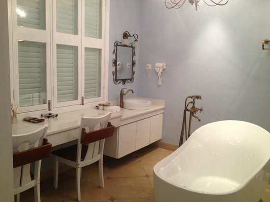 7th Posthouse: Kitchen sink and wash basin