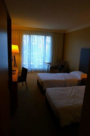 Cinar Hotel: bed and window