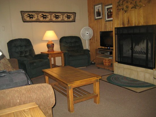 Castle Mountain Lodge : Comfortable Living Room