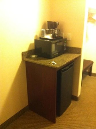 Holiday Inn Express Hotel & Suites Whitecourt: microwave/fridge