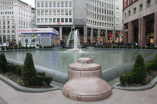 Fontana di Piazza San Babila: la vasca