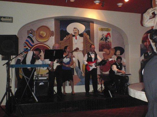 Barcelo Puerto Vallarta: Band at the bar at night
