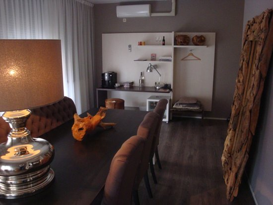 Hotel de Wereld: Large room with table and desk area
