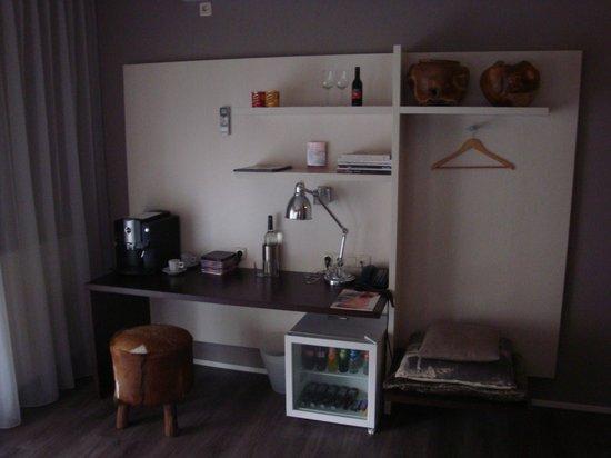 Hotel de Wereld: Close-up of desk area