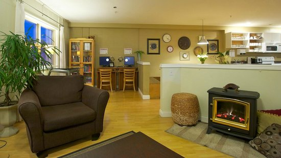 Painted Turtle Guesthouse: Our Great Room - lounge, fireplace, library, FREE wi-fi, computer kiosks, dining and more!